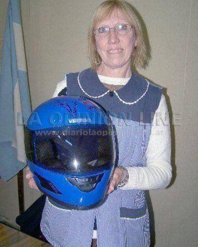 Graciela recibió el casco del concurso