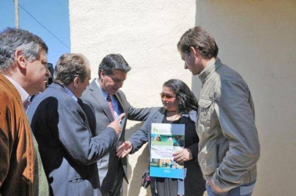 """Más cerca del """"triple play"""": el gobernador rubricó convenios para llevar fibra óptica a tres localidades del Interior"""
