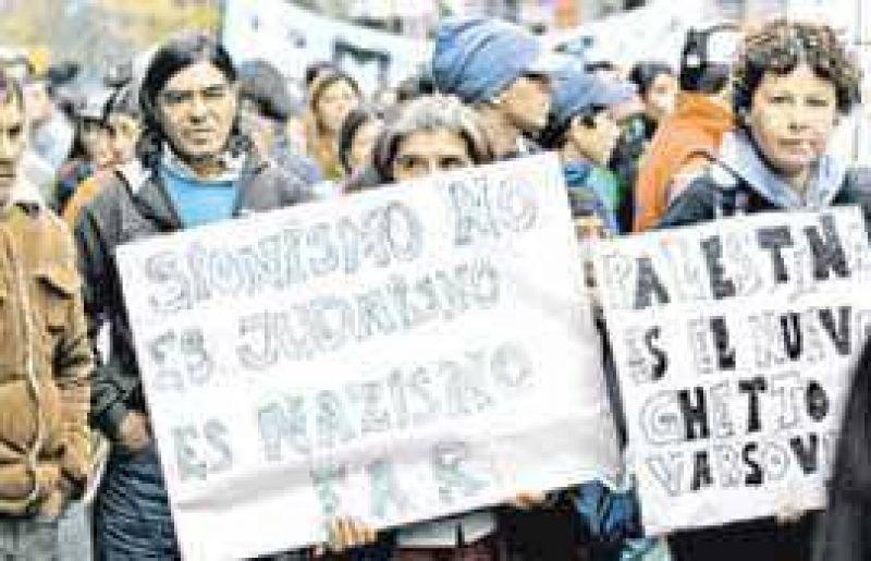 LOS CINCO DETENIDOS SERAN INDAGADOS HOY POR LA JUSTICIA FEDERAL La izquierda dura intervino en el salvaje ataque al acto por Israel