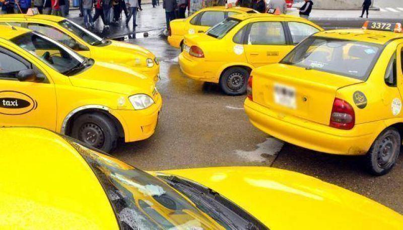 Taxistas paran en reclamo de un aumento de la tarifa