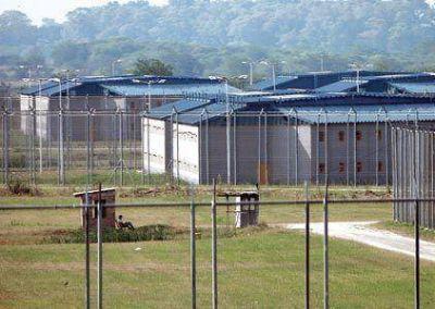 Denuncian que alimentan a los presos de Ezeiza con comida podrida