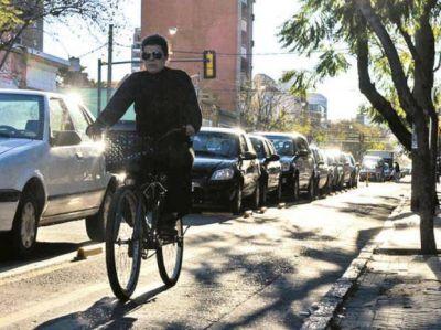 La bicisenda de calle Salta suma críticas y accidentes de ciclistas