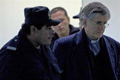 El padre Grassi está suspendido como sacerdote y podrían echarlo de la Iglesia