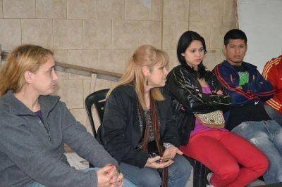 Las candidatas del Frente Progresista junto a los vecinos de Villa Caraza