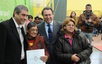 Avellaneda: Ferraresi y Casal entregaron escrituras sociales
