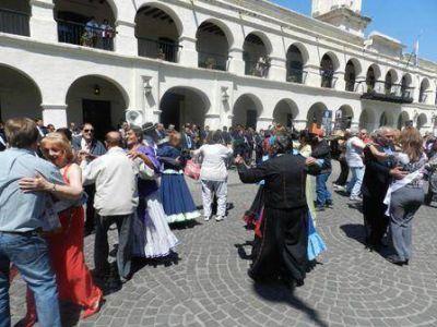 Con danzas y exposiciones se festejó el Día del Adulto Mayor