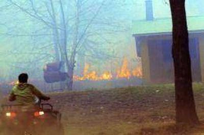 Calamuchita: bomberos y aviones hidrantes combaten un incendio
