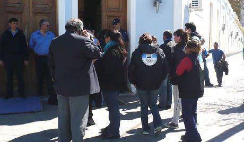 Trabajadores de Alpesca acamparon en Casa de Gobierno