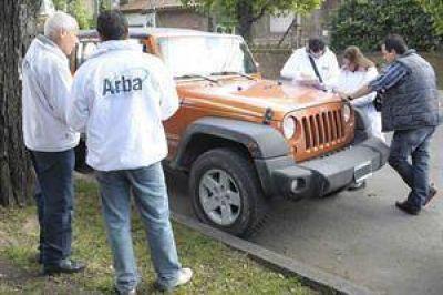 Le retienen su auto de lujo porque nunca pagó la patente, pero canceló la deuda en el acto