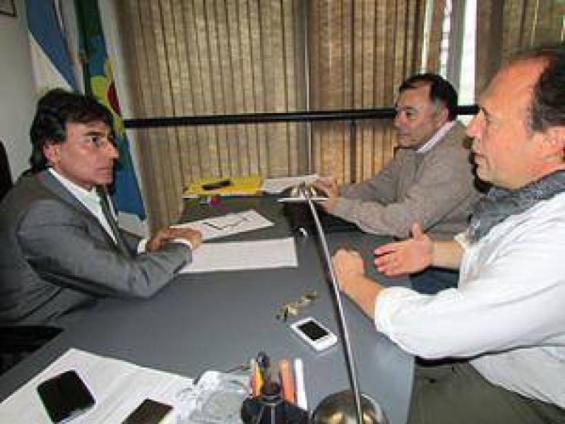 El diputado Eslaiman con miembros del Sindicato de Profesionales de IOMA