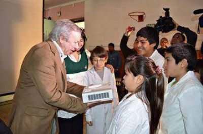 Peralta dio aportes a la Escuela Rural Nº 51 de Tellier