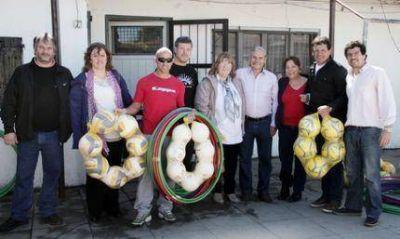Daniel Rodríguez acompañó a Curuchet en la entrega de donaciones a escuelas locales