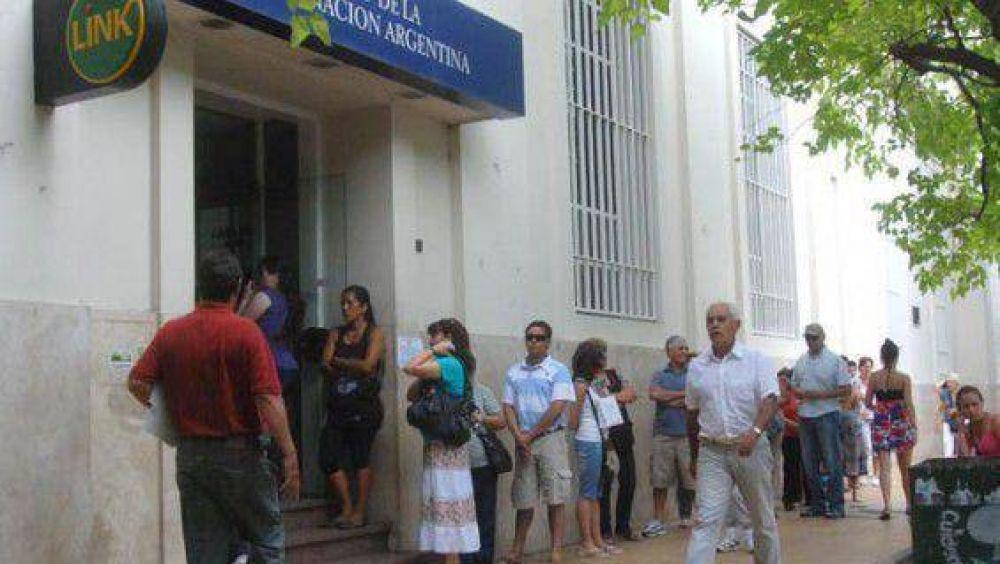 Colapso en sucursales del Nación por el amague de paro del bancario