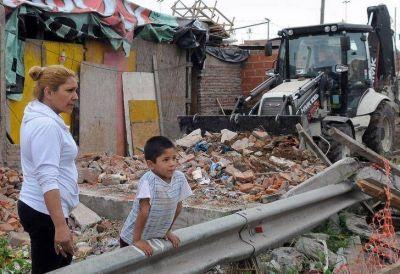 Demuelen casas de 27 familias en la villa 31