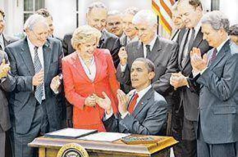 Obama limitó por ley prácticas abusivas de tarjetas de créditos