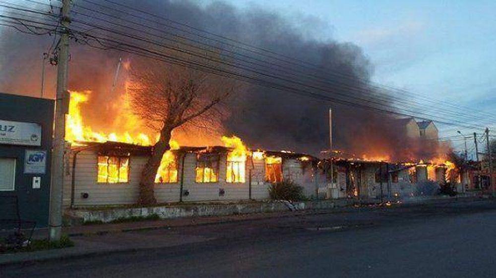 Estatales incendiaron un edificio público en Santa Cruz