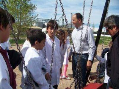 El Frente Renovador donó juegos para una plaza en Orense