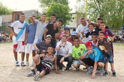 Alex Campbell inauguró canchita para los jóvenes de San Fernando