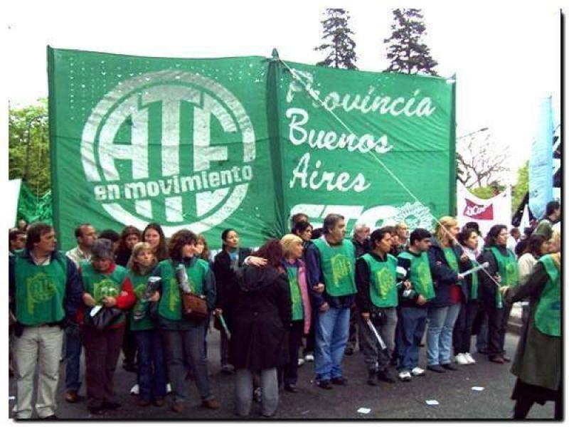 Estatales zarateños protestaron en la Dirección General de Escuelas por mejoras salariales