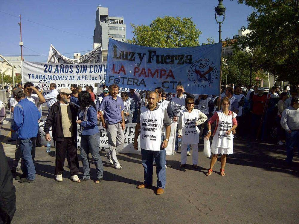 """Marchan trabajadores y trabajadoras de APE: """"nuestro respaldo es el social, el del vecino"""""""