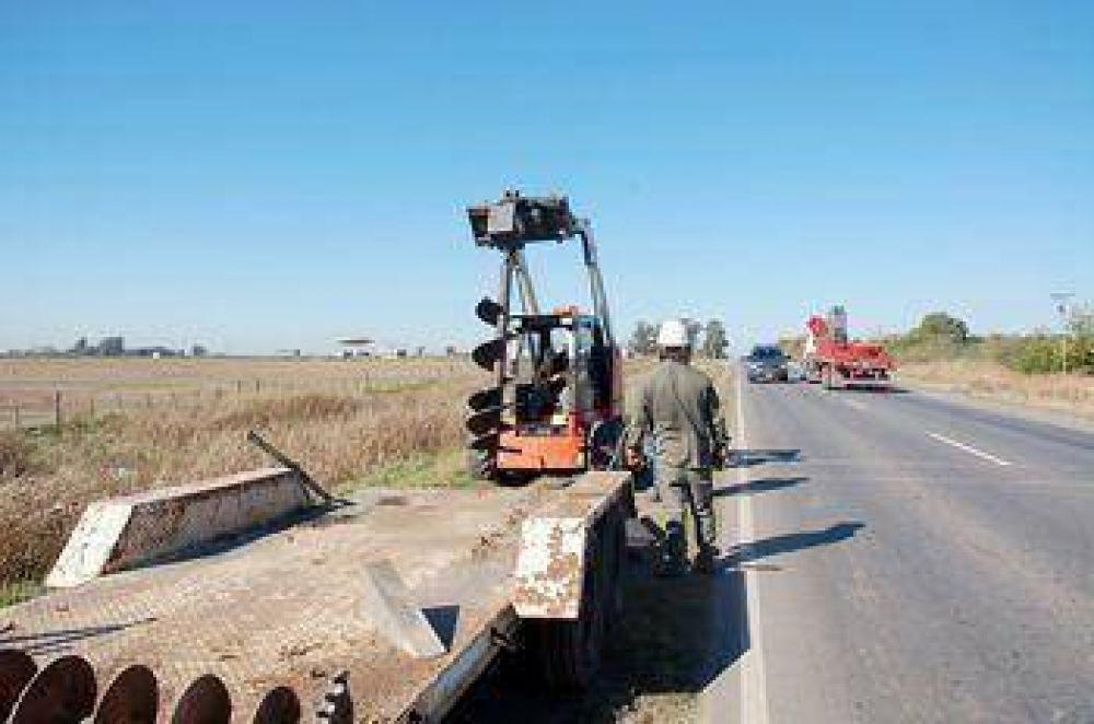 Avanzan las obras para iluminar un sector de la ruta Nº 32 en Pergamino