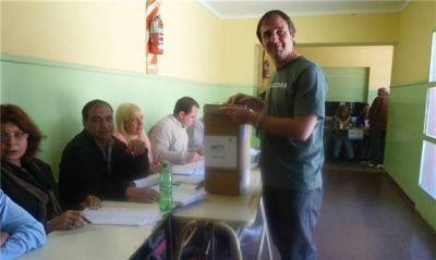 Erreca votó en la Escuela 6 en compañía de su hija