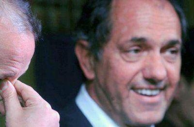 Sorprendido con la polarización, Scioli se refugiará en el aparato del PJ