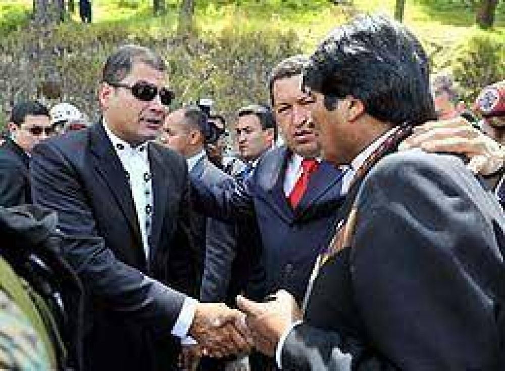 """Respaldo de Evo y Chávez a """"la revolución profunda, rápida y en paz"""" de Correa"""