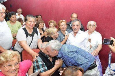 Jesús Cariglino hizo entrega de subsidios a centros de jubilados