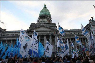Eufórica, la militancia kirchnerista montó un festejo frente al Congreso