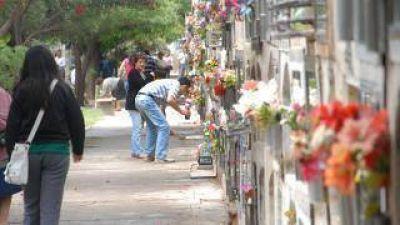 Miles de personas en el cementerio para recordar a sus seres queridos