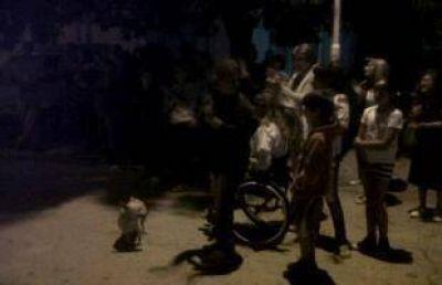 """Al grito de """"Britos no se va"""", vecinos de Santa Lucía se manifiestan frente a la delegación municipal"""