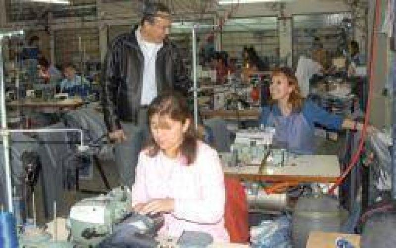 'Cacho' Luna visitó fabrica afectada a la Promoción Industrial