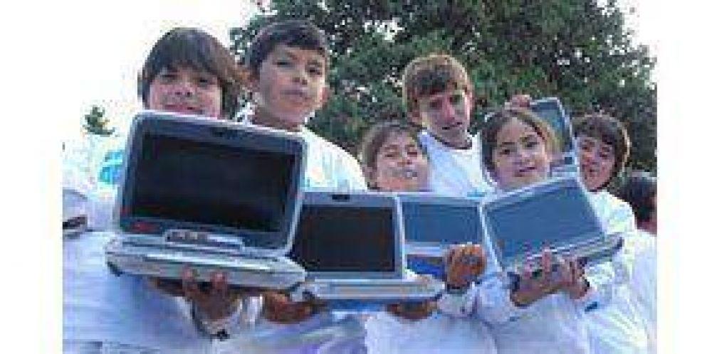 Alumnos de cuatro localidades recibieron sus notebooks