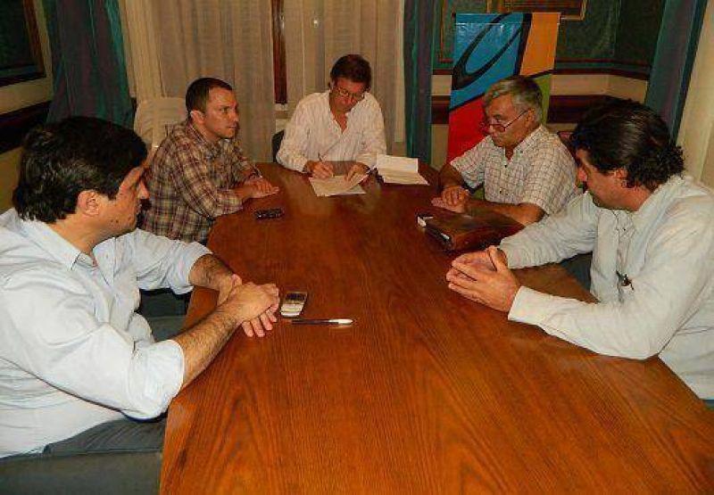 Trabajadores municipales acordaron un aumento del 24% y un bono de 1400 pesos