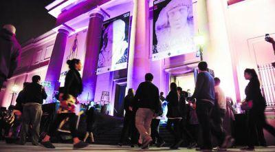 Los museos cerraron bien tarde y celebraron la democracia