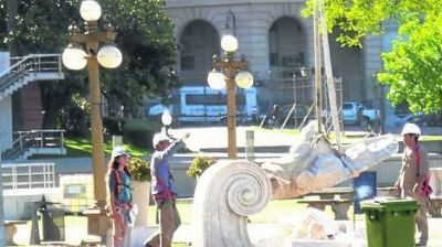 Detrás de la Rosada, siguen desarmando la estatua de Colón