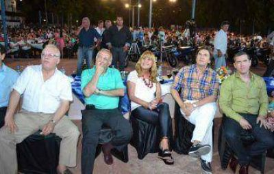 Impresionante festejo de municipales: sortearon seis autos, 100.000 pesos y descubrieron un busto de Sampayo