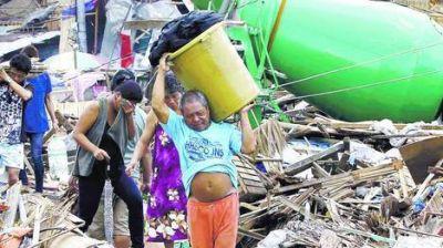 Filipinas: los sobrevivientes del tifón suplican por agua y comida