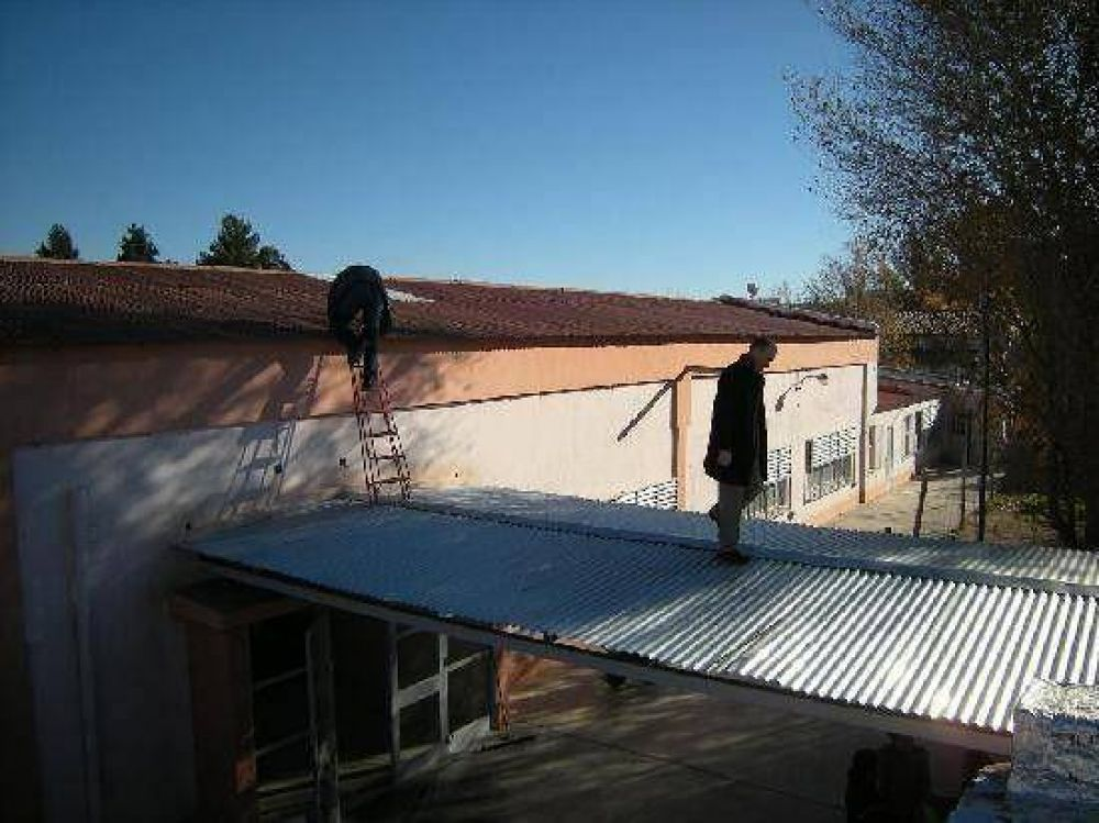 Prometen arreglar el techo de la Escuela Laboral 3 de Allen
