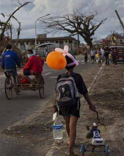 Filipinas: se extienden los saqueos y el éxodo en las zonas afectadas