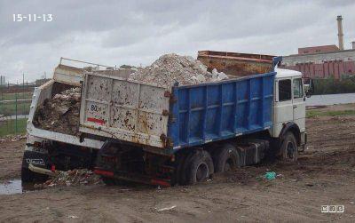 Dos camiones que �siguen sacando escombros� de la Reserva del Puerto se atascaron en el barro
