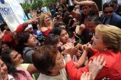 Michelle Bachelet se metió de lleno en la campaña para el balotaje en Chile