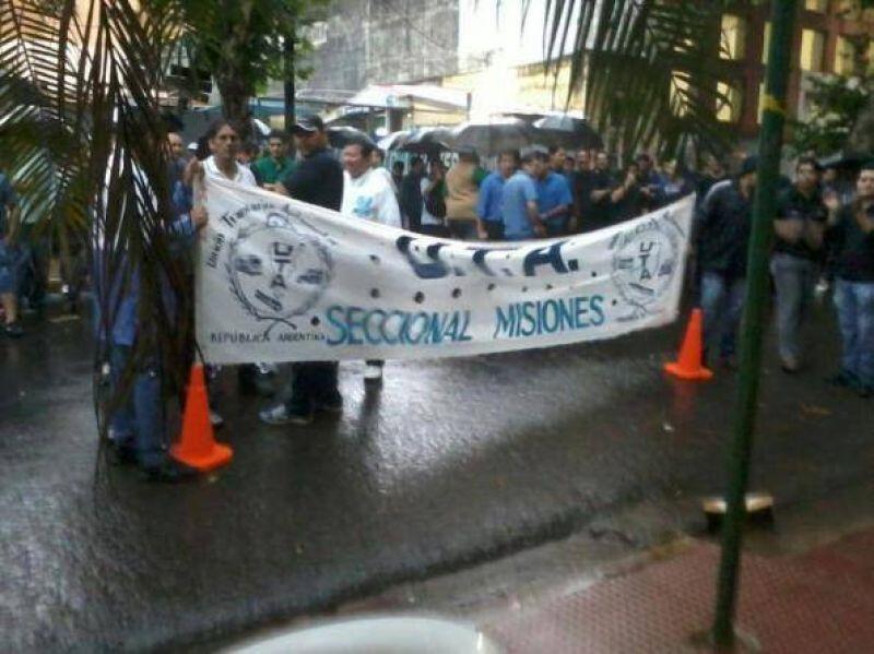 Choferes reclamaron frente a la cartera de Trabajo bajo la lluvia
