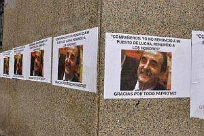 """Con afiches y una frase de Evita, despiden a Moreno: """"Gracias por todo, patriota"""""""