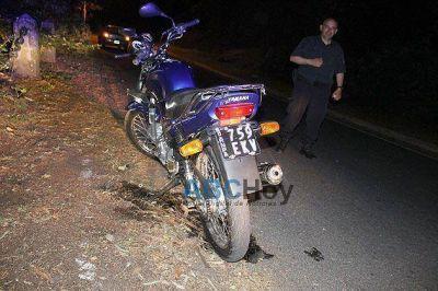 Dos jóvenes resultaron heridos al caer de la moto en la subida al Parque