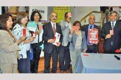 Firman convenios de trabajo contra la violencia de género en Santiago